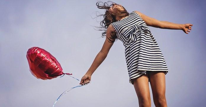 Devojka sa balonom u obliku srca.