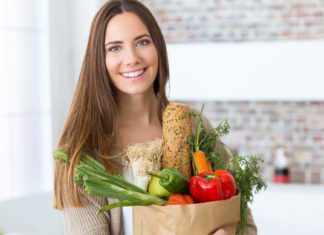 nasmejana devojka drzi kesu sa hranom