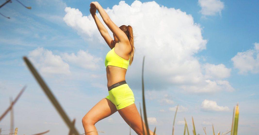 Devojka u žutom radi jogu.