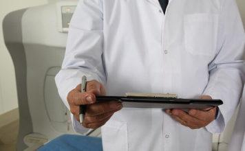 Doktor drži tabelu i olovku