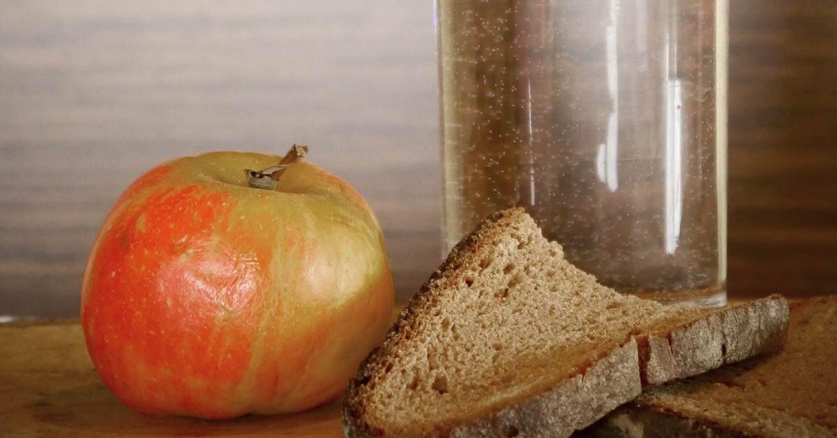 jabuka čaša vode hleb