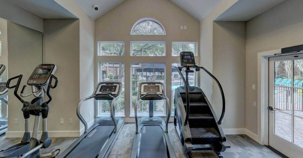 Dnevna soba u kojoj su sprave za vežbanje
