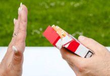 Devojka drži kutiju cigareta