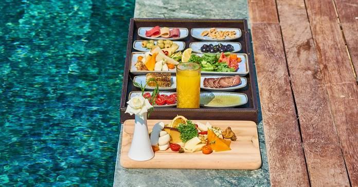 zdrava hrana, lepo servirana na ivici bazena