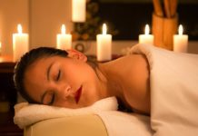 Žena uživa u masaži