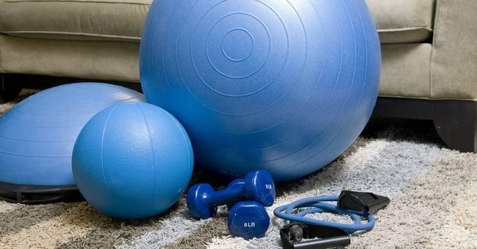 Plava lopta za pilates i sprave za vežbanje