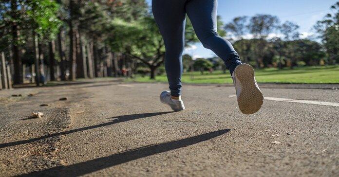 devojka koja trči po stazi