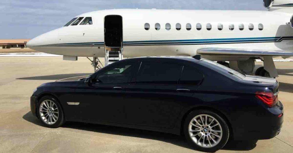 Privatni avion i luksuzni crni automobil