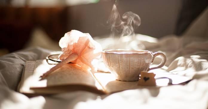 Šolja čaja pored knjige
