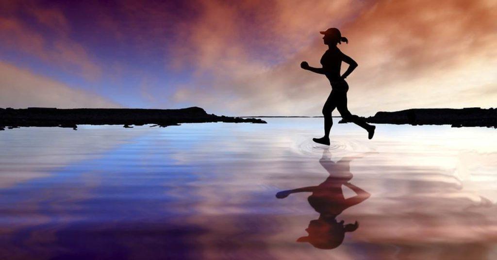 Devojka trči pored vode