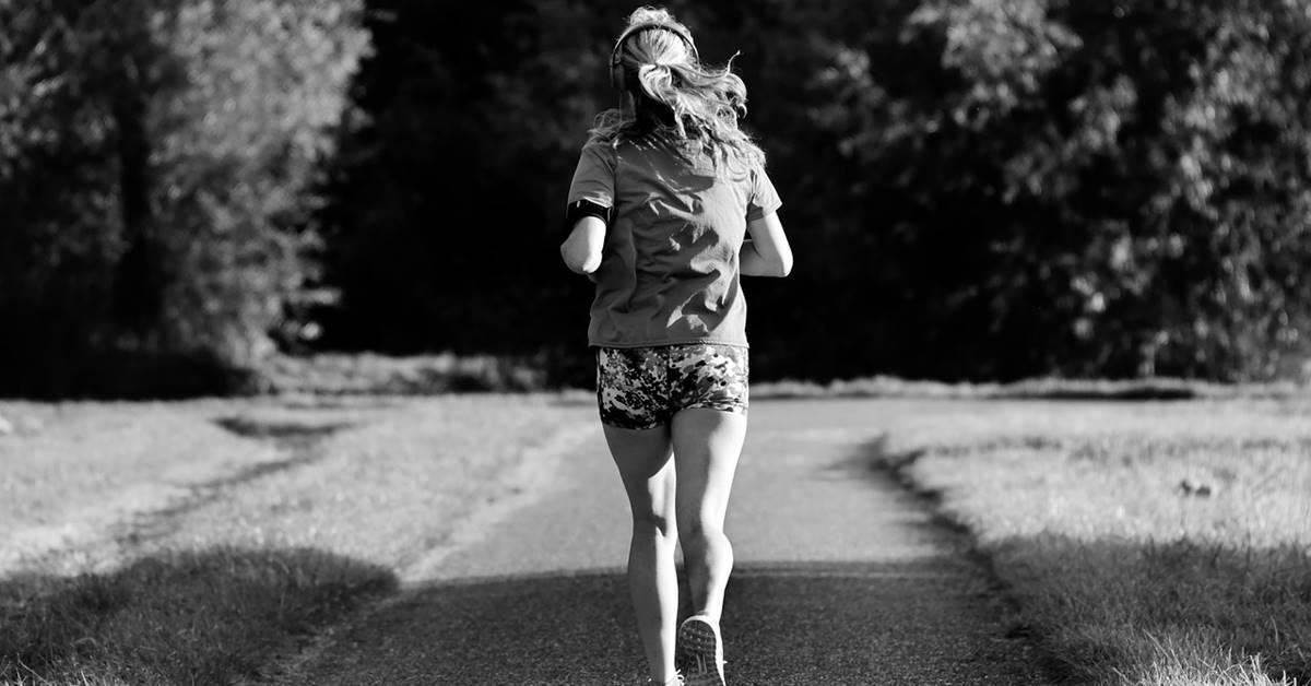 devojka trci u prirodi