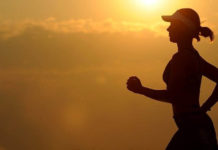 Devojka koja trči na zalasku sunca