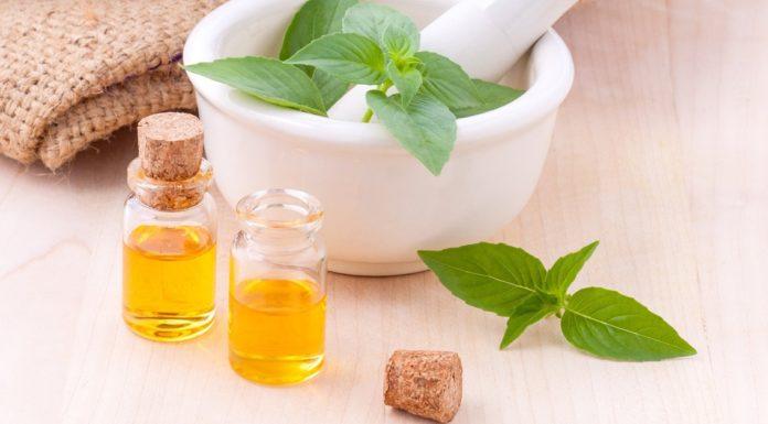 Žuta ulja za masažu u staklenim bočicama