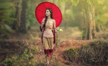 Žena iz Azije šeta šumom