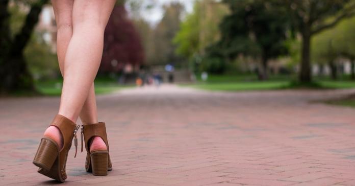 Devojka šeta parkom