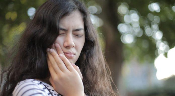 Devojka koja se drži za zub koji je boli